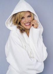 Жена упорит халат за баня с качулка